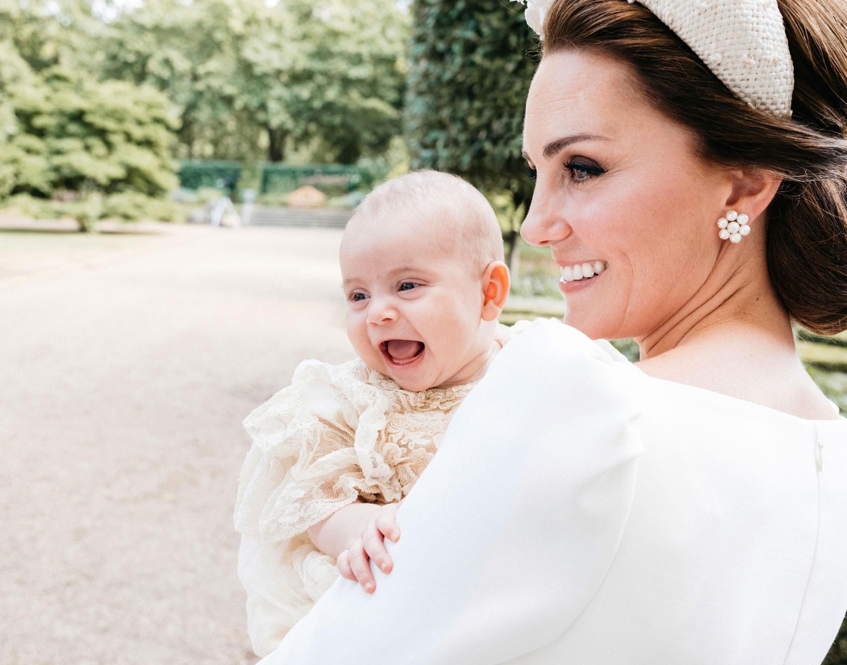 Novas fotos do batizado do príncipe Louis são divulgadas