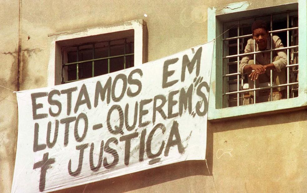 Detentos expõem faixa em janela de pavilhão  contra o massacre ocorrido na Casa de Detenção do Carandiru, três dias após a ação policial após a rebelião que marcou a história do país (Foto: Epitácio Pessoa/AE)