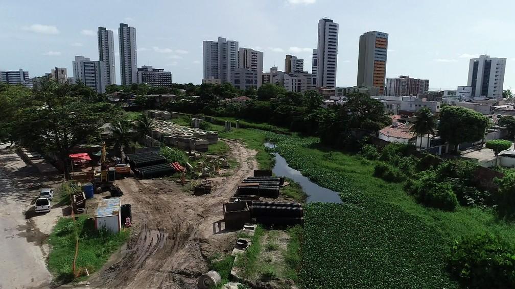 Canal do Fragoso, em Olinda, consta no relatório do TCE de obras paradas — Foto: Antônio Henrique/TV Globo