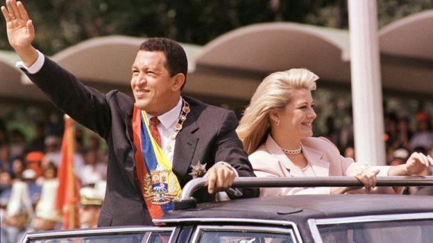 Hugo Chávez venceu as eleições presidenciais em 1998 depois de uma longa crise econômica na Venezuela (Foto: AFP via BBC)