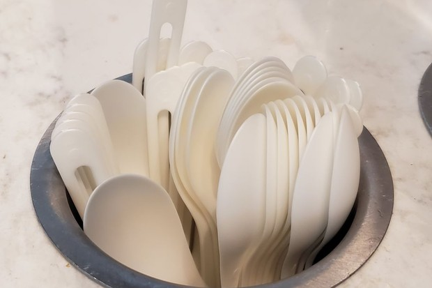 Close-up of compostable plastic silverware in a dispenser in a restaurant in Dublin, California, July 30, 2019. (Photo by Smith Collection/Gado/Getty Images) (Foto: Getty Images)