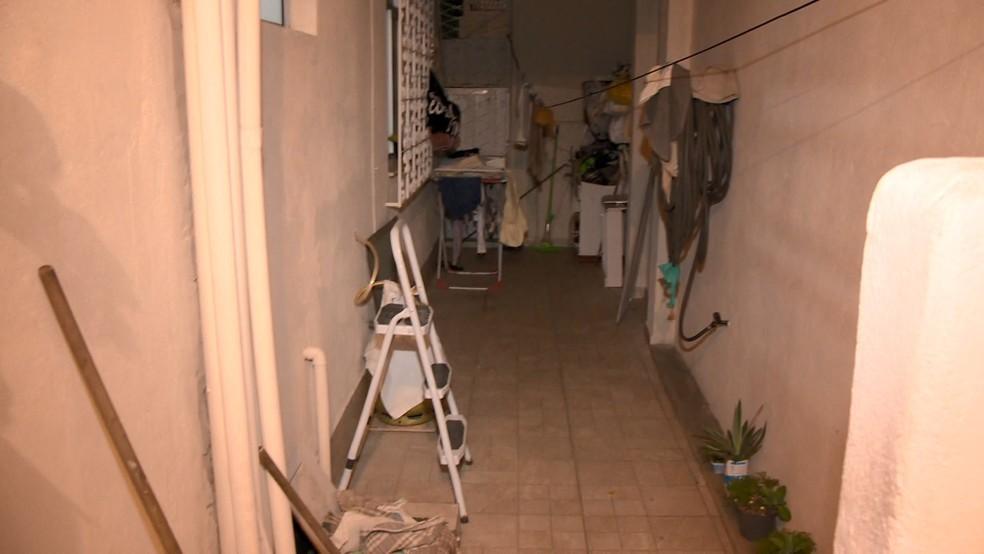 Escada usada por suspeita para invadir casa em Vitória — Foto: Bernardo Bracony/ TV Gazeta