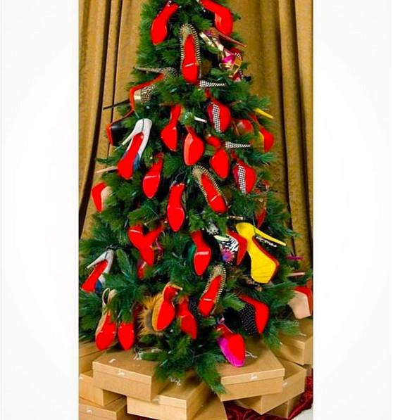A árvore de Natal do rapper 50 Cent com os saltos de uma ex-namorada (Foto: Instagram)