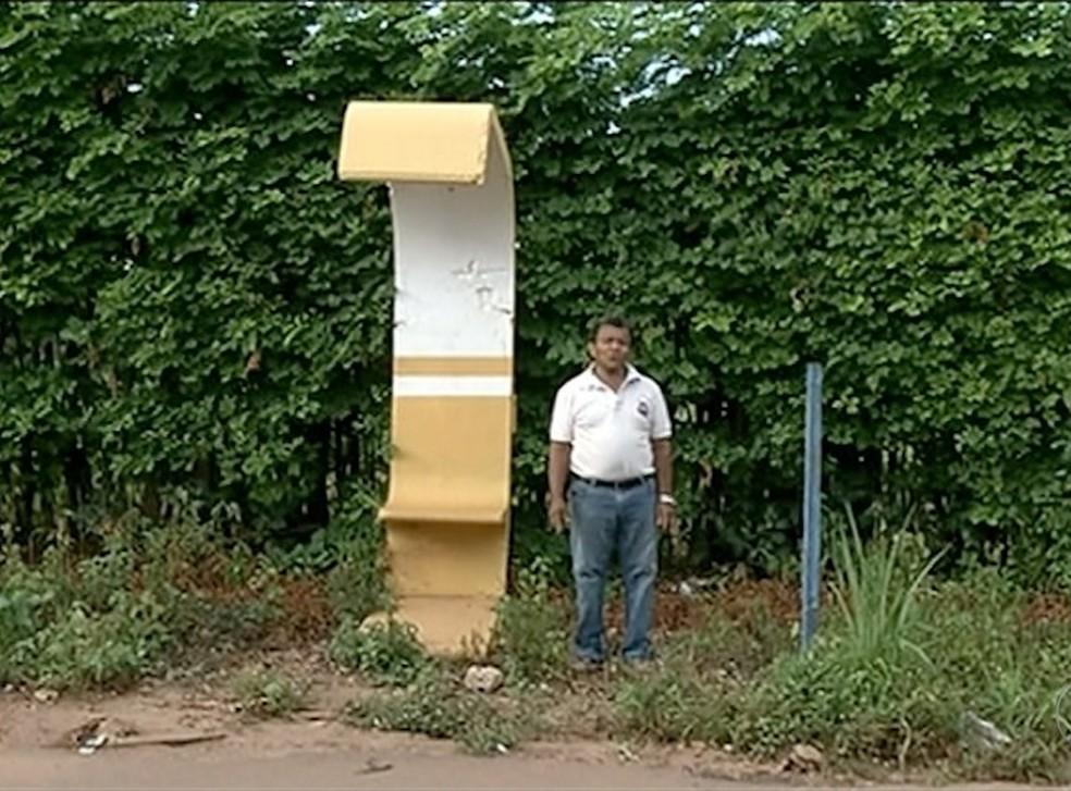 Mini ponto de ônibus em Gurupi cabia apenas uma pessoa (Foto: Reprodução/TV Anhanguera)