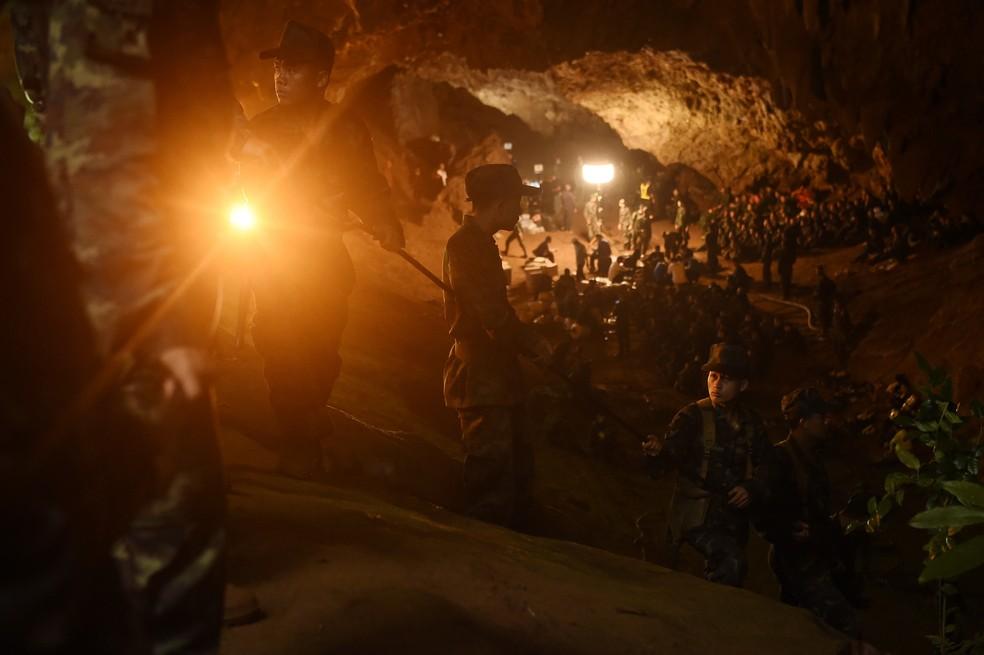 Militares montam base de operações na caverna Tham Luang, na Tailândia, para operação de busca e resgate dos meninos (Foto: Lullian Suwanrumpha/AFP)
