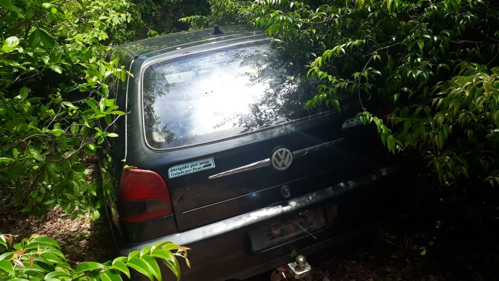 Carro roubado após morte de policial da reserva e esposa foi localizado no município de Aquiraz. — Foto: Arquivo Pessoal
