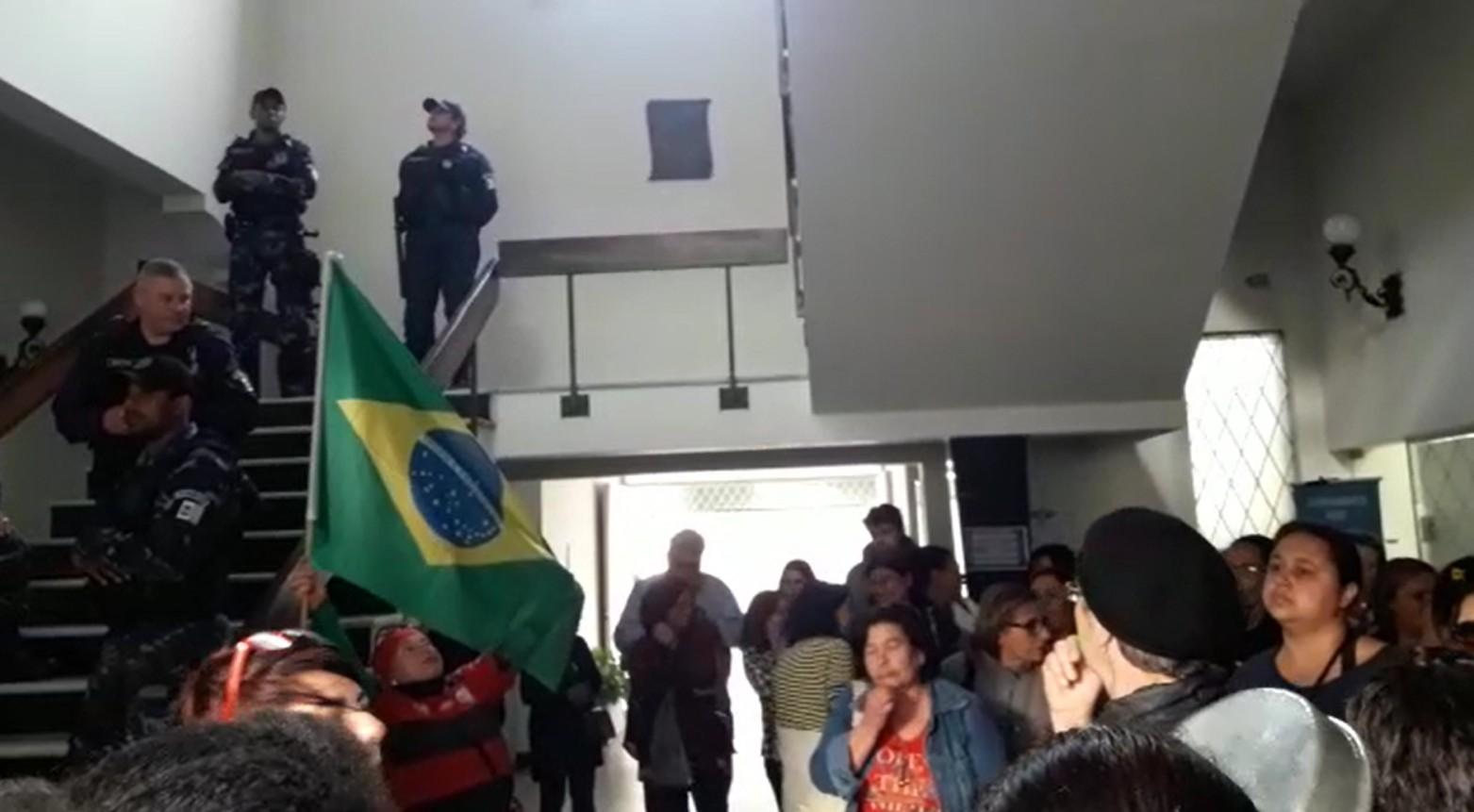 Servidores da Educação fazem protesto dentro da Prefeitura de Nova Friburgo, no RJ - Notícias - Plantão Diário