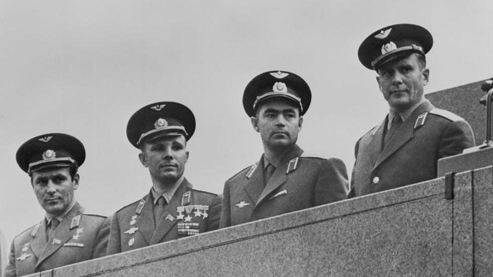 Número de integrantes da primeira turma de cosmonautas em potencial caiu para 20, incluindo Yuri Gagarin, o segundo da esquerda — Foto: Getty Images/BBC