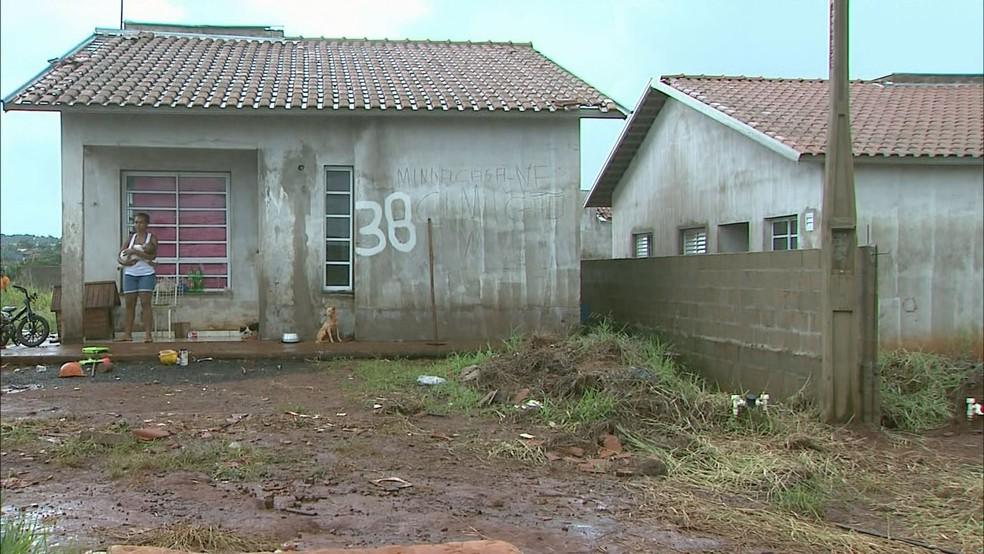 Casa da CDHU em São José da Bela Vista ocupada e inacabada (Foto: Reprodução/EPTV)
