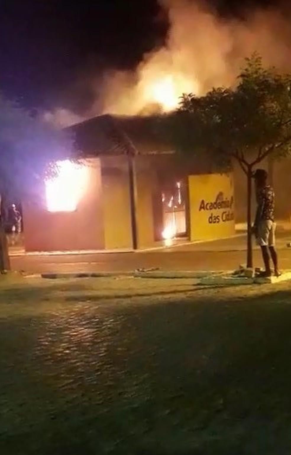 Academia das cidades pega fogo em Belém do São Francisco — Foto: Reprodução/ Redes Sociais
