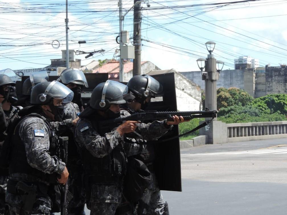 PMs atiraram balas de borracha e gás lacrimogêneo contra participantes de protesto contra Bolsonaro no Recife — Foto: Agência JCMazella/Sintepe/Divulgação