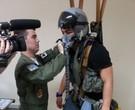 Thiago Martins recebe orientações de um militar na Base Aérea de Parnamirim, perto de Natal/ Foto: Divulgação