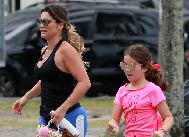 6be0a34842562 Flávia Alessandra e a filha caçula são fotografadas ao deixar ...