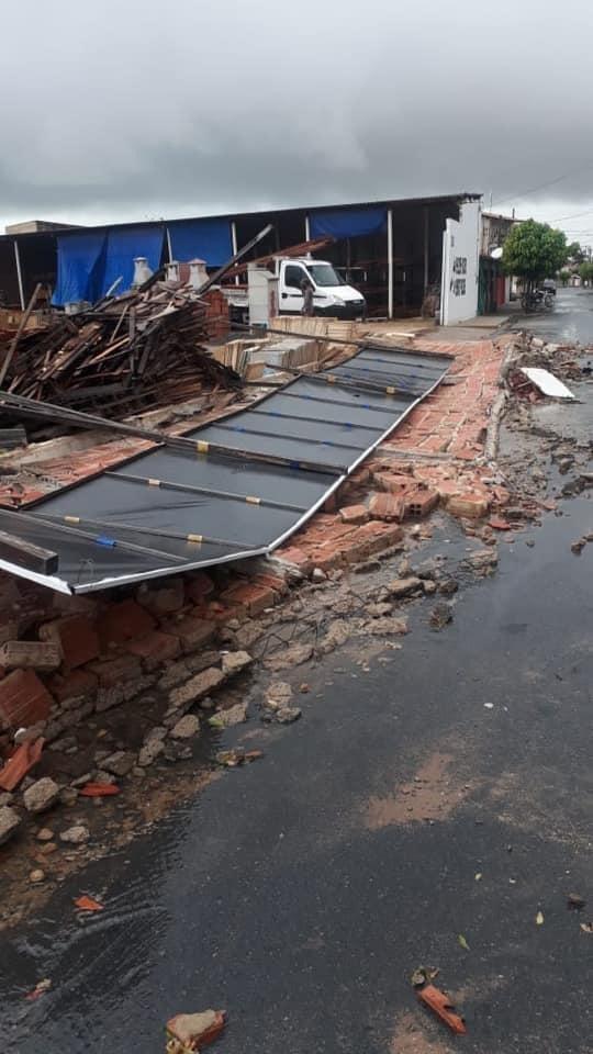 Ventania derruba muros, árvores e arranca telhas de casas durante chuva em Camocim, no Ceará