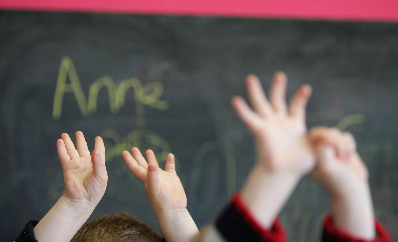Aprender um segundo idioma na infância pode ajudar muito o desenvolvimento cerebral de seus filhos (Foto: Getty Images/Christopher Furlong)