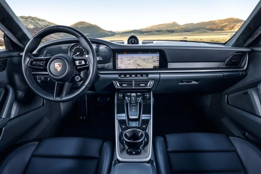 Interior destaca tela multimídia e conta-giros central — Foto: Divulgação/Porsche
