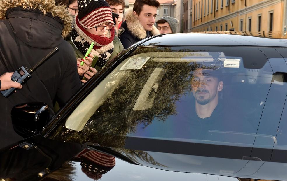 Ibra é recebido por fãs na volta à Itália — Foto: Flavio Lo Scalzo/Reuters