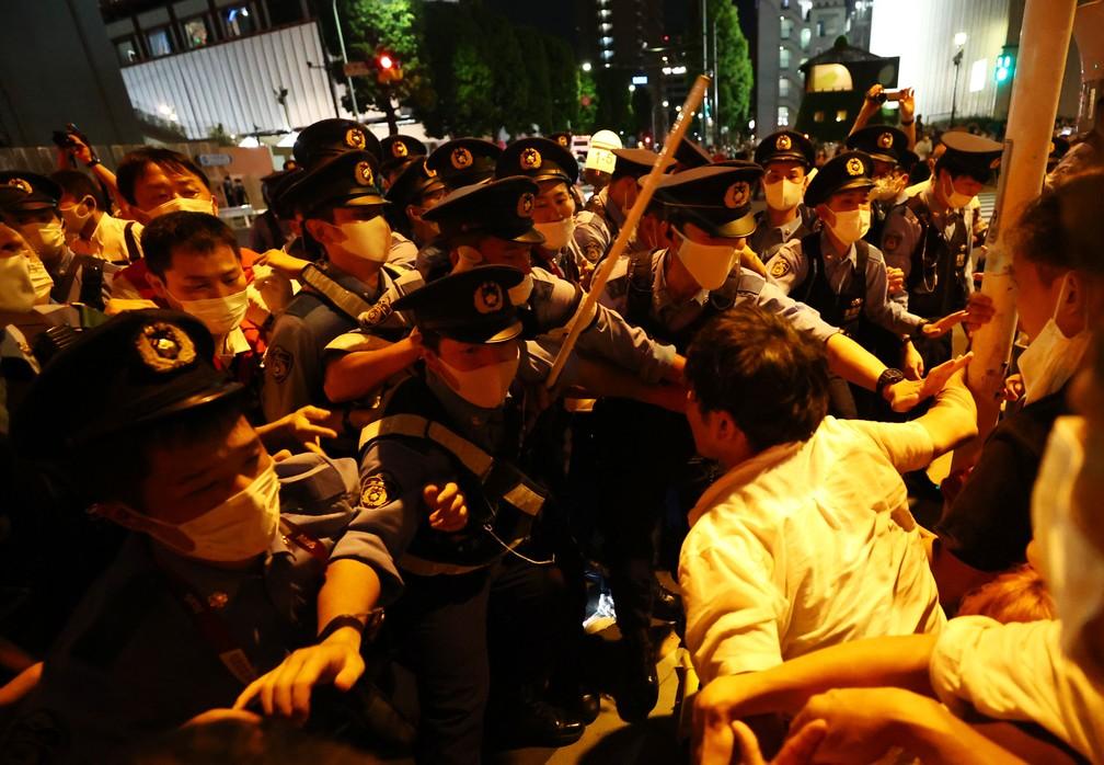 Manifestantes enfrentam a polícia do lado de fora do estádio durante a cerimônia de abertura dos Jogos Olímpicos de Tóquio, no Japão — Foto: Issei Kato/Reuters