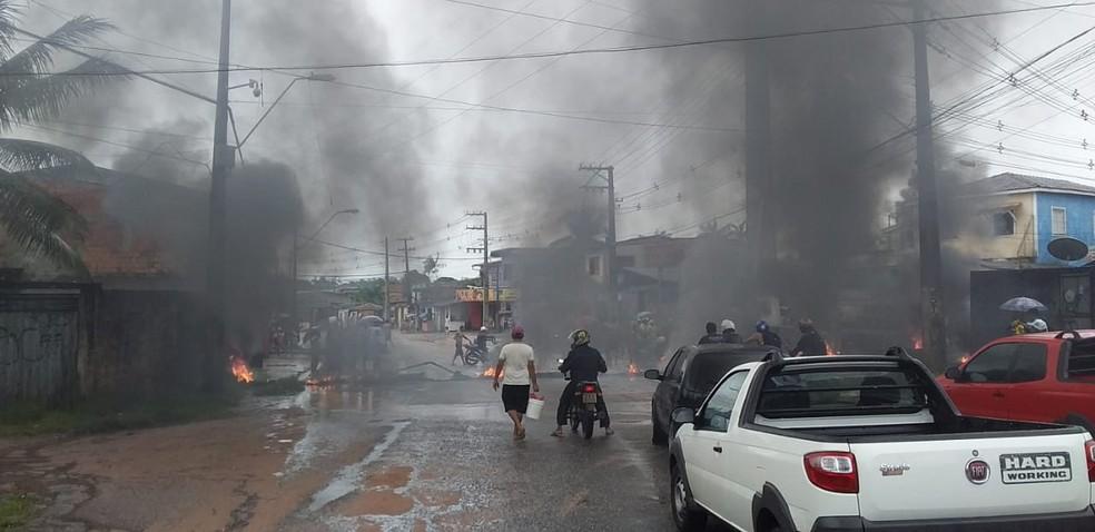 Moradores do Benguí protestam na estrada Yamada, em Belém, devido aos alagamentos. — Foto: Reprodução / Twitter