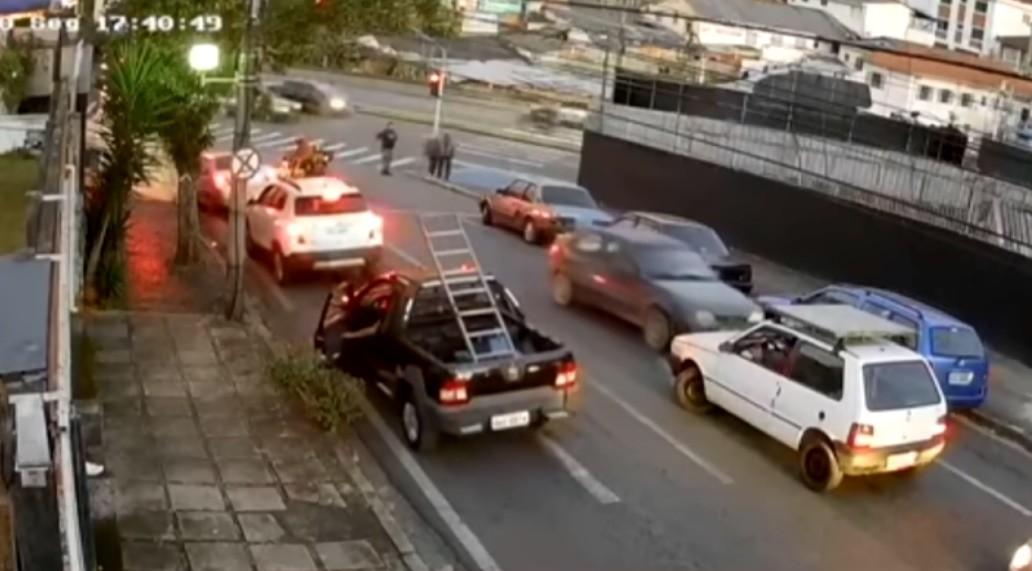 Mulher com sinais de embriaguez e com filho no carro invade contramão e atinge pelo menos cinco veículos