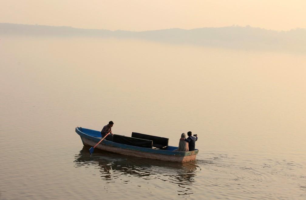 2 de janeiro - Casal tira uma selfie enquanto anda em um barco no Lago Rawal em Islamabad, no Paquistão (Foto: Faisal Mahmood/Reuters)