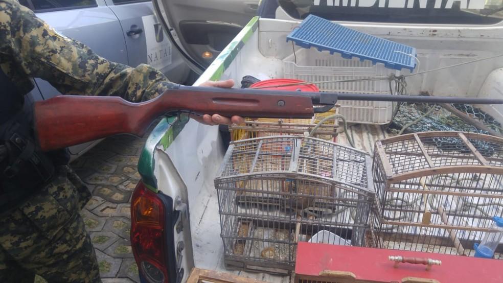 Uma espingarda foi apreendida e duas pessoas foram presas (Foto: Guarda Municipal de Natal/Divulgação)