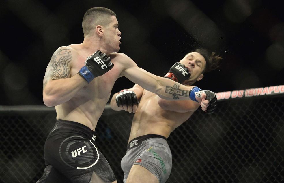 Wellington Turman golpeia Markus Maluko no UFC São Paulo — Foto: Marcos Ribolli