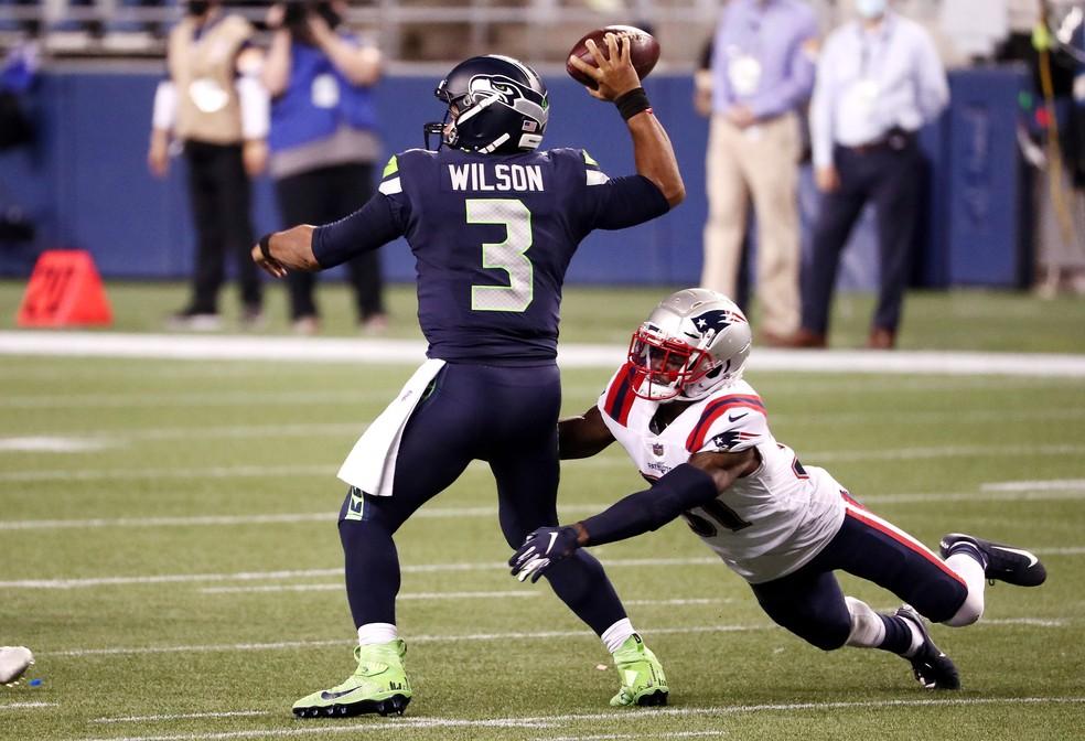 Russell Wilson tenta mais um passe na vitória do Seattle Seahawks sobre o New England Patriots — Foto: ABBIE PARR / GETTY IMAGES VIA AFP