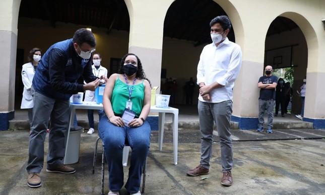 Daniel Soranz, da Saúde, e Renan Ferreirinha, da Educação, começam, nesta terça-feira, a preparar a vacinação em massa no Complexo da Mar