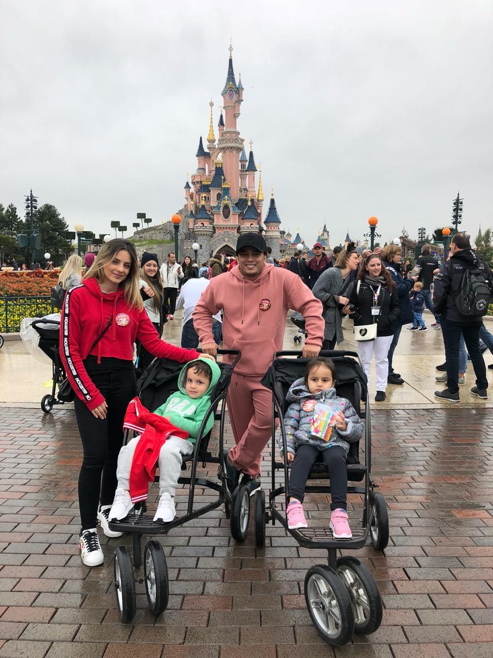 O músico Kauan com a esposa, Sara, e os filhos Sophia e Bernardo (Foto: Reprodução/Instagram)