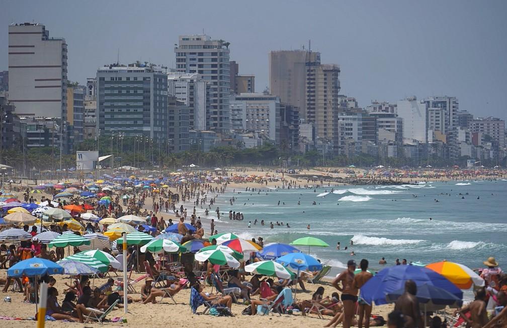Praia lotada no Rio de Janeiro no começo da tarde desta sexta-feira (2) — Foto: Marcos Serra Lima/ G1