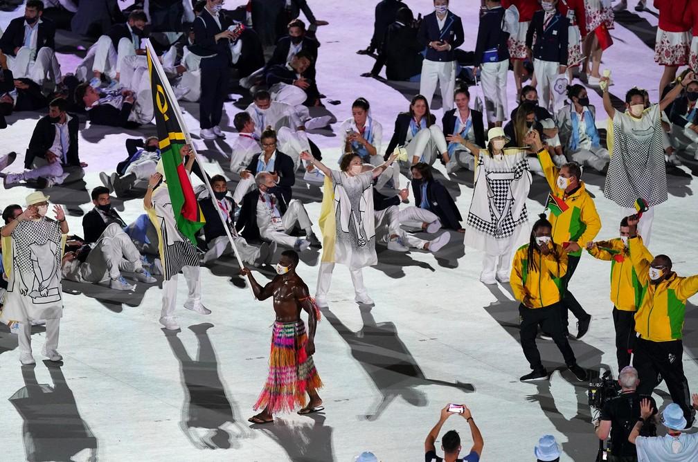 Porta-bandeira de Vanuatu desfila besuntado na cerimônia de abertura — Foto: Mike Egerton/PA Images via Getty Images