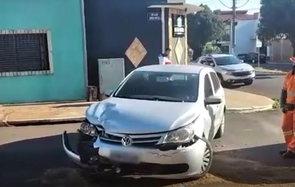 Um dos carros atingidos ficou com a frente danificada; ninguém se feriu — Foto: Arquivo pessoal