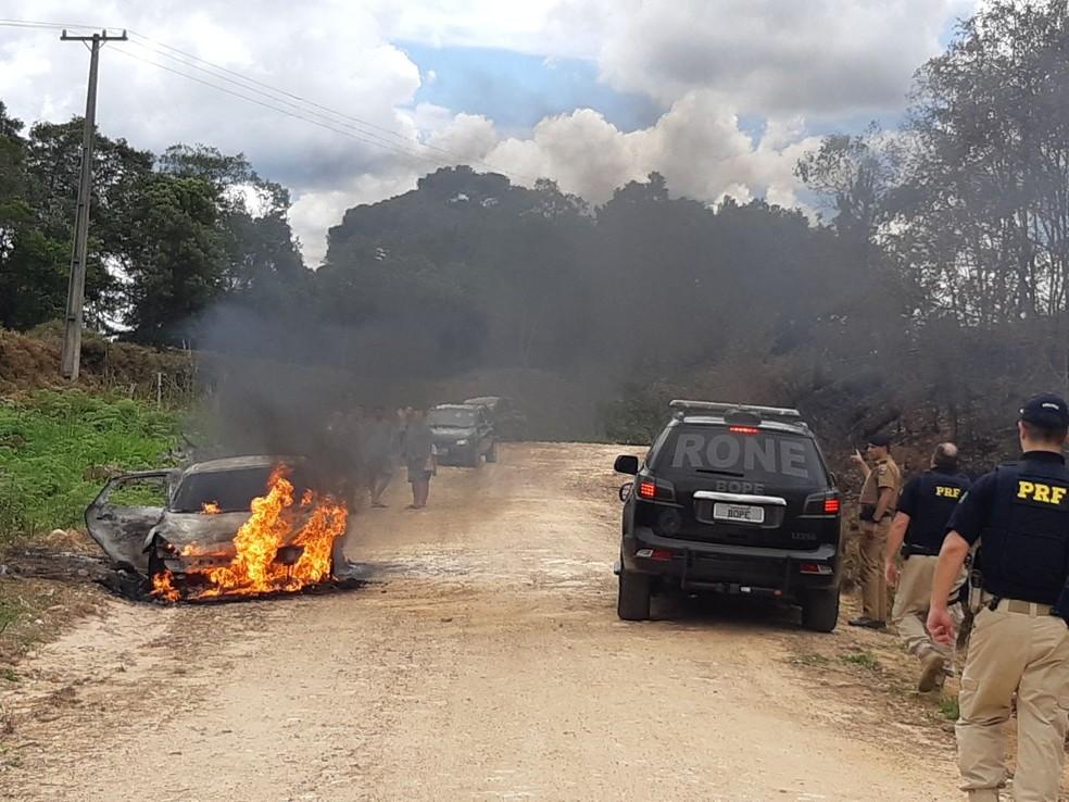 Carro usado no assalto ao ônibus na BR-376 foi encontrado em chamas em uma estrada rural, em Tijucas do Sul. — Foto: Divulgação/PRF