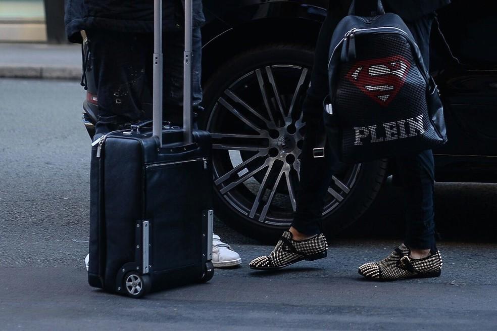 Os detalhes da roupa e da mochila do lateral do PSG (Foto: Pedro Martins/Mowa Press)