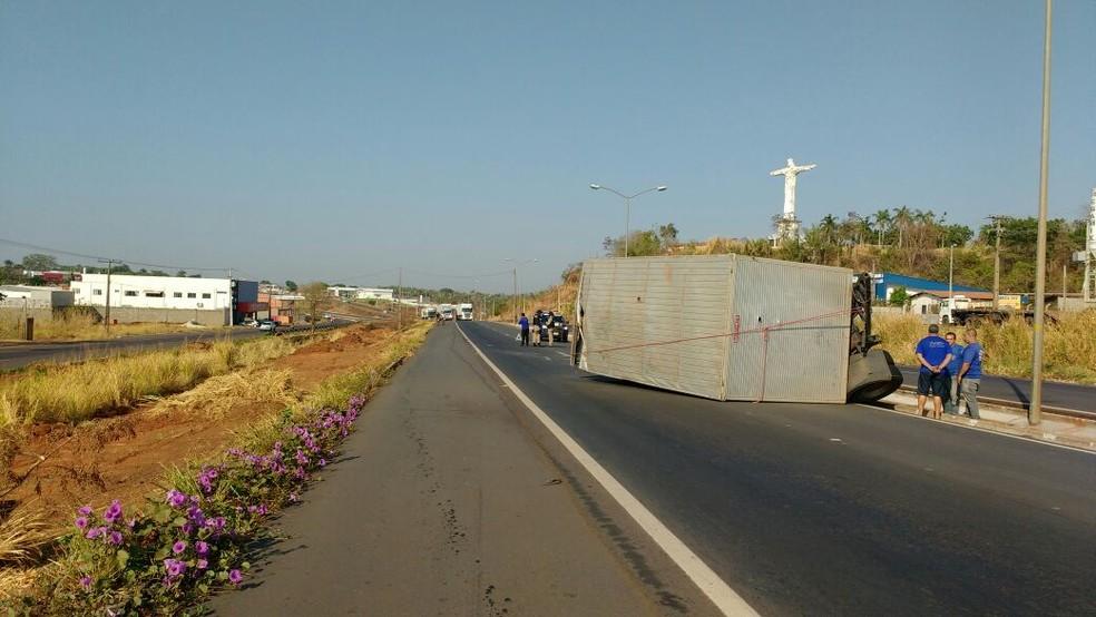 Baú de caminhão acabou tombando na pista contrária da rodovia (Foto: Claudemir Macedo/TV Anhanguera)