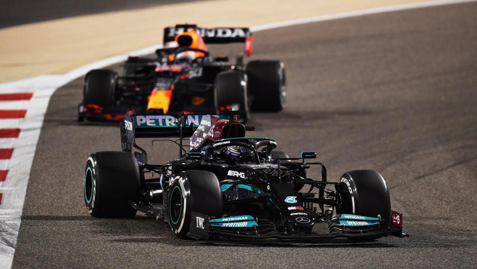 Lewis Hamilton segura Max Verstappen no GP do Bahrein — Foto: Clive Mason - Fórmula 1 / Fórmula 1 via Getty Images