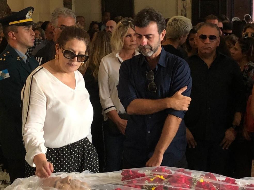 Sônia Lima, mulher de Wagner Montes, e o deputado Marcelo Freixo — Foto: Carlos Brito / G1