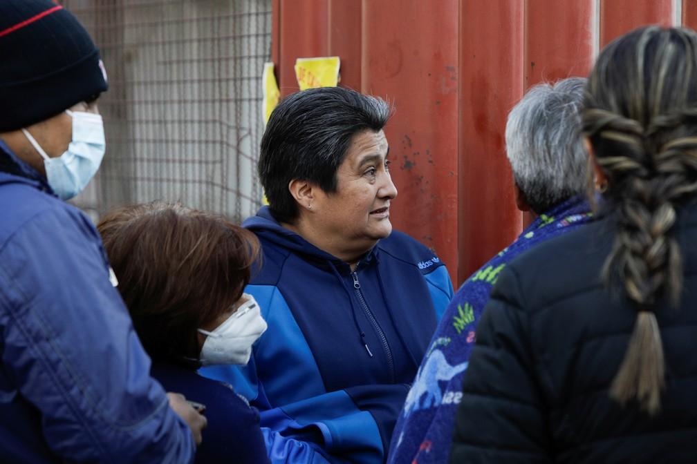 Os pais de Daniel Arguello, de 28 anos, um dos feridos em tragédia no metrô da Cidade do México, aguardam notícias de seu filho do lado de fora de hospital em 4 de maio de 2021 — Foto: Luis Cortes/Reuters
