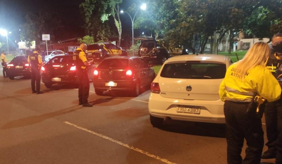 Agentes do Detran-DF abordam motoristas durante horário do toque de recolher no DF  — Foto: Detran-DF/Divulgação