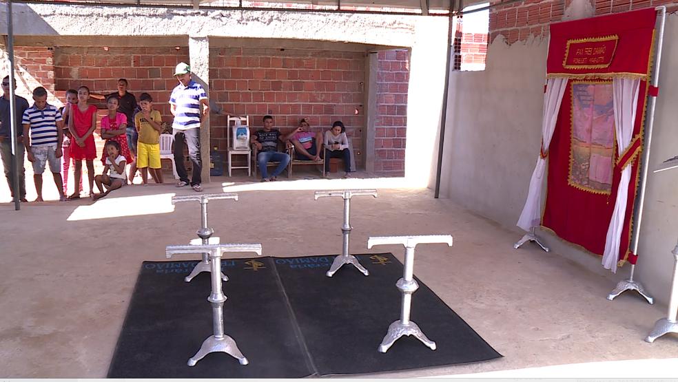 Familiares aguardam corpos para realização do velório em Petrolina (Foto: Reprodução/ TV Grande Rio)
