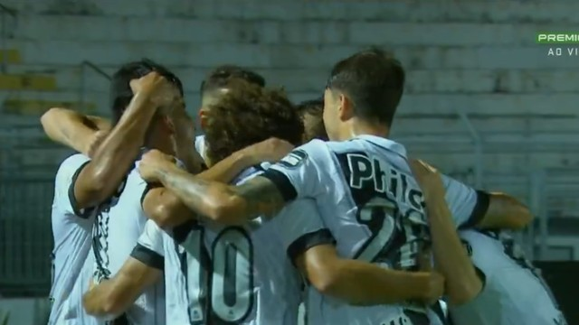 Ponte Preta comemora gol contra o Cruzeiro