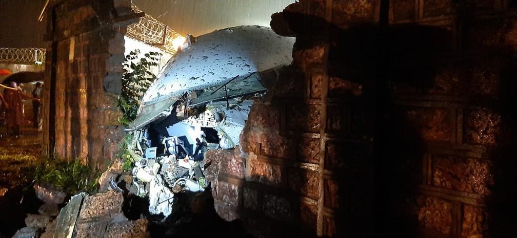 Parte do avião é vista depois de acidente no aeroporto de Calicute, no sul da Índia, nesta sexta-feira (7) — Foto: AP Photo
