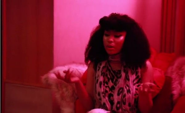 A cantora Nicki Minaj no vídeo em que revela ter sido vítima de violência doméstica (Foto: Instagram)