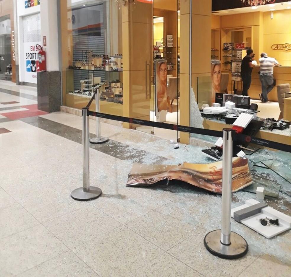 Lojas foram arrombadas pelos criminosos (Foto: Crédito: Alcivan Villar/Fim da Linha)