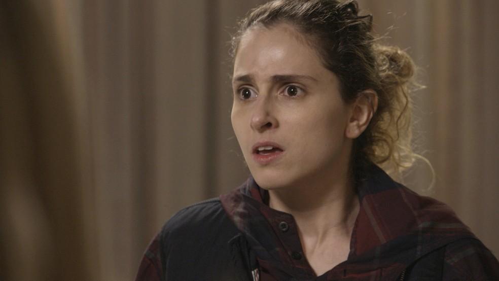 Carol Duarte na cena em que Ivana conta a verdade para a família — Foto: TV Globo