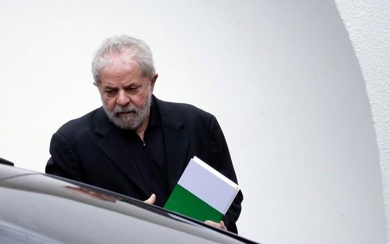 Lula na saída do encontro com Renan Calheiros e senadores em Brasília nesta quarta-feira (9) (Foto: EFE/Fernando Bizerra Jr)