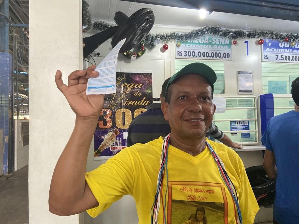 Vendedor ambulante José Teles, de 51 anos, fez seu jogo da Mega da Virada nesta sexta-feira (27). — Foto: Patrick Marques/G1 AM