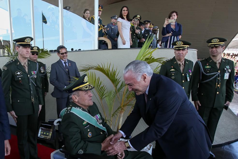O presidente Michel Temer e o comandante do Exército, general Eduardo Villas Bôas, se cumprimentam em cerimônia do dia do Exército (Foto: Marcos Corrêa/PR)