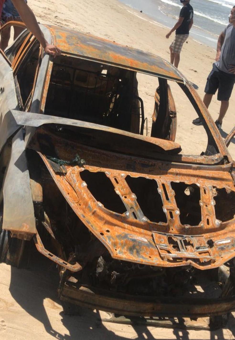 Carro de Arlley foi encontrado ainda em chamas na praia de Santa Rita — Foto: Reprodução